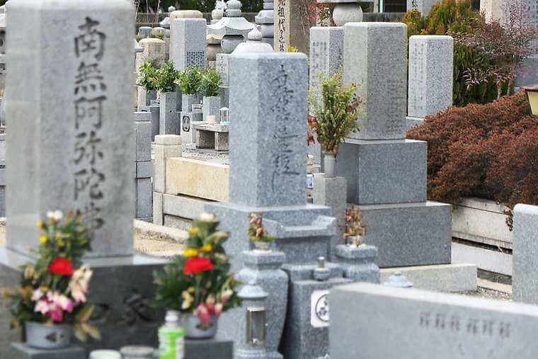霊園に建つ墓石