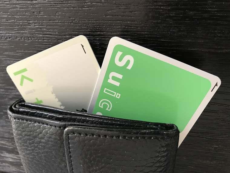 財布に入った複数枚のICカード