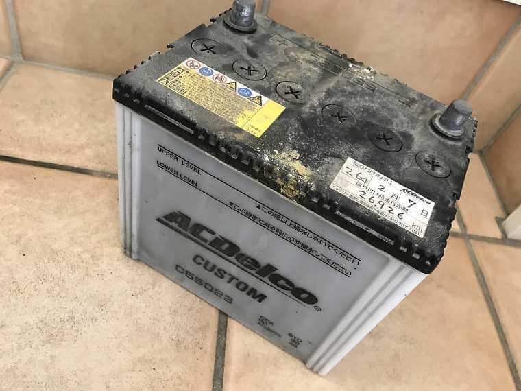車から外した廃バッテリー