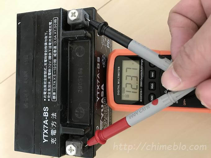充電前のYTX7A-BSの電圧を測定