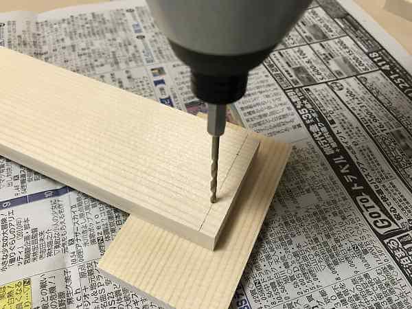 枠の木材にドリルで下穴を明ける