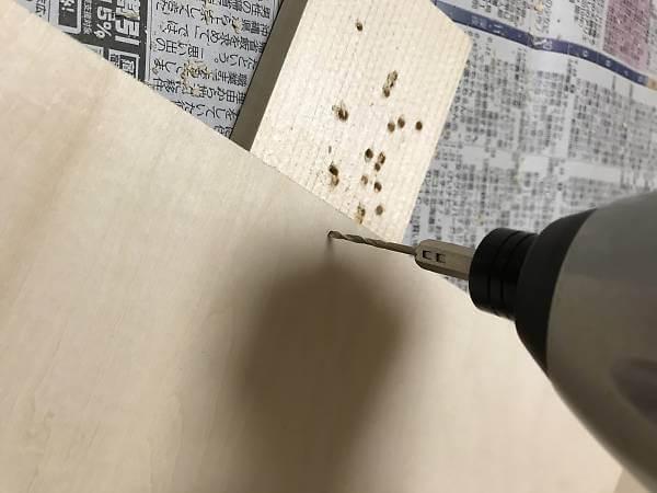 ベニヤ板に下穴を明ける