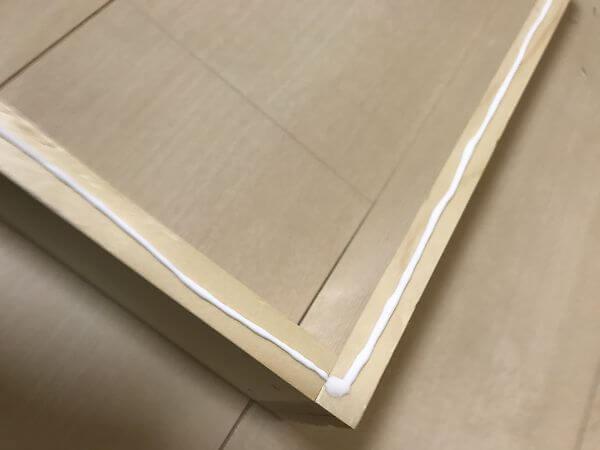 枠に木工ボンドを塗る