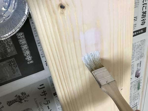 クリア(乳白色)ニスを塗布中