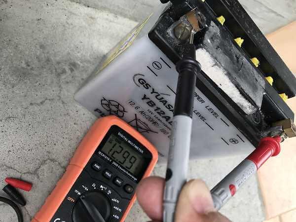 充電完了後のバッテリーの電圧をテスターでチェック