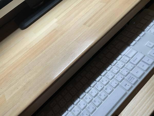 デスク端でキーボードに出来た影