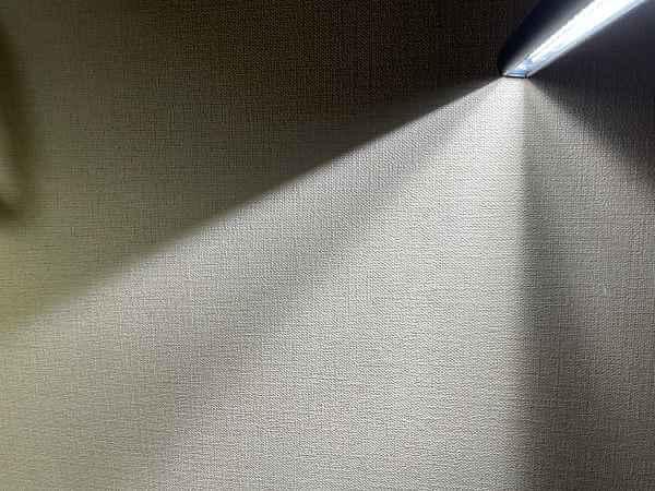 壁に出来る影で照射角度をイメージ