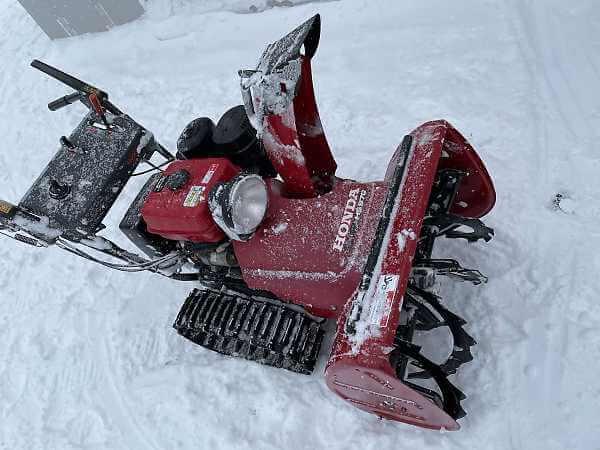 赤い躯体のホンダ除雪機