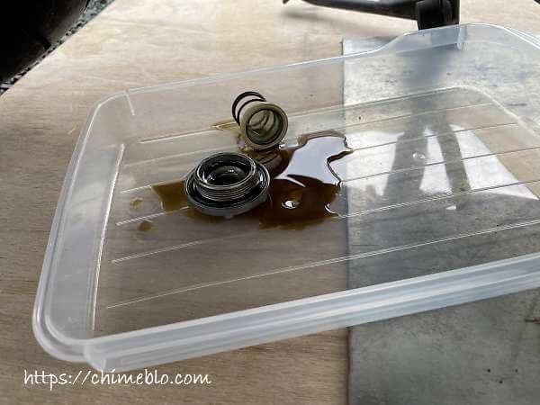 オイルドレンボルトを外した際の残油
